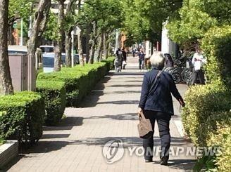 일본 도쿄의 거리에서 한 노인이 걸어가고 있다. [연합뉴스 자료사진]