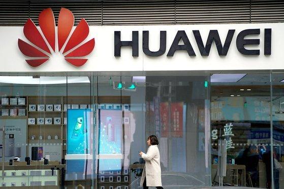 중국 통신장비업체 화웨이 매장 모습. 화웨이의 부회장 겸 최고재무책임자가 캐나다에서 체포되면서 중국내 반(反)캐나다 정서가 높아지고 있다.[로이터=연합뉴스]