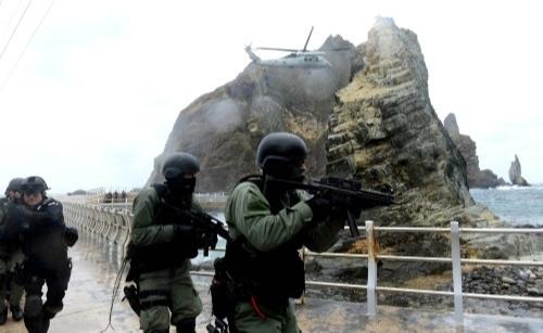 해군 제1함대사령부 특전대대(UDT SEAL), 동해지방해양경찰청 특공대 대원들이 2013년 10월 25일 독도에서 독도방어훈련을 하고 있다. 세계일보 자료사진