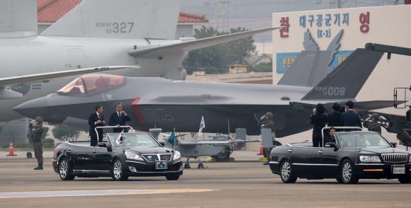 F35A 스텔스기 사열하는 文대통령  - 문재인 대통령이 1일 제71주년 국군의날을 맞아 대구 공군기지(제11전투비행단)에서 열린 '국군의날 행사'에서 F35A 스텔스 전투기 등 육해공군 전력을 지상사열하고 있다.대구 도준석 기자 pado@seoul.co.kr