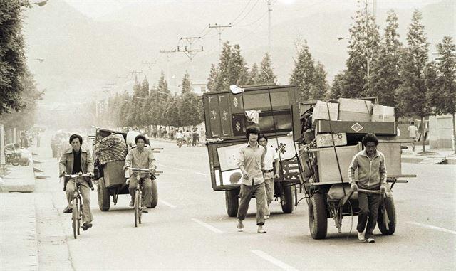 시민군이 광주 시내를 장악하고 있던 24일 계엄군이 곧 들이닥칠 것이라는 소문이 돌면서 세간살이를 리어카에 싣고 광주를 떠나는 '피난'행렬이 이어졌다.