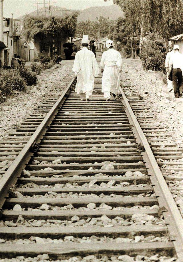 80년 광주에선 슬픔마저 일상이 됐다. 24일 상복을 입은 유족들이 철길을 터벅터벅 걸어가고 있다.