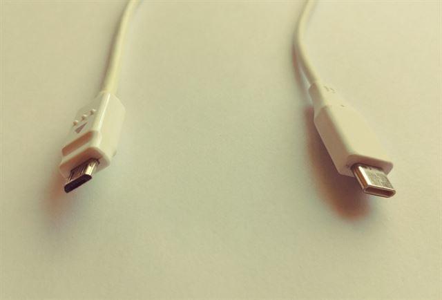 마이크로 USB(왼쪽)와 USB 타입 C 단자 모양 비교.