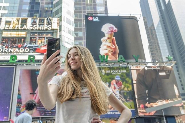 LG전자 모델이 미국 베슬을 배경으로 'LG V50 씽큐(ThinQ)'를 소개하고 있다.ⓒLG전자