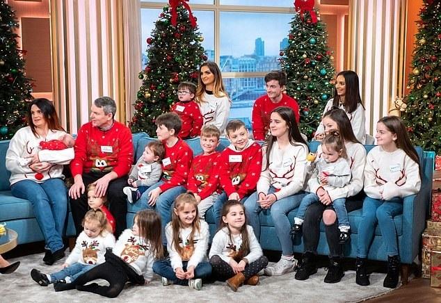 영국 래드포드 부부와 자녀들의 과거 사진. 현재는 뱃속 태아를 포함해 총 21명의 아이(사산된 17번째 아이 제외)를 키우고 있다.