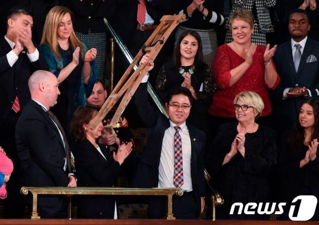 미국 워싱턴 DC 의사당 하원 본회의장에 국정연설을 보기위해 모인 사람들. 이 자리에서 트럼프 대통령의 소개를 받은 탈북인 지성호 씨는 목발을 들고 자리에 일어나 기립 박수를 받았다. 2018.01.30© AFP=뉴스1