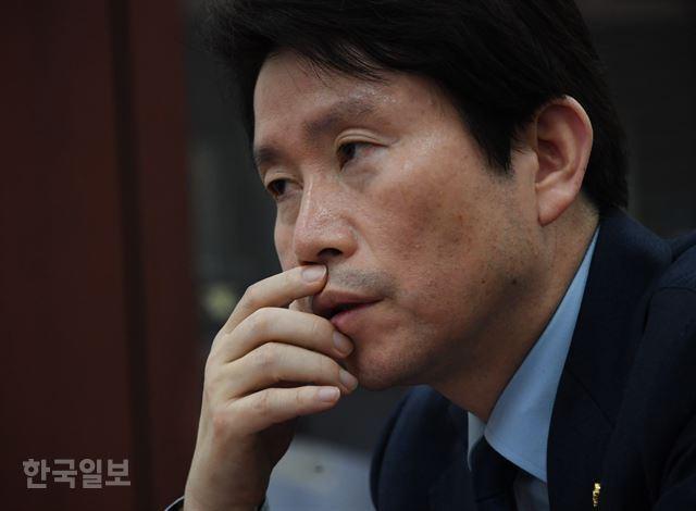 이인영 더불어민주당 원내대표가 16일 국회에서 한국일보와 인터뷰를 갖고 권력기관 개혁 입법 시간표에 대해 설명하고 있다. 오대근 기자