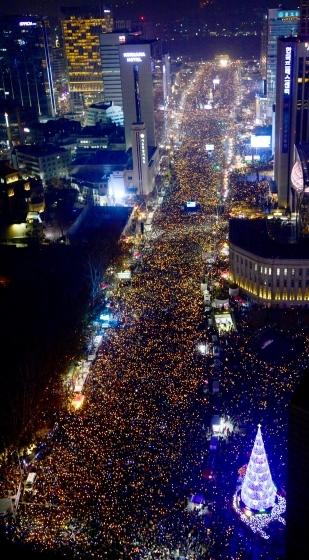 3일 오후 서울 도심 일대에 박근혜 대통령 즉각 퇴진을 요구하는 시위대가 가득 찼다. 주최측 추산 서울에서만 170만명(전국 232만명)이 시위에 참여했다. /사진=뉴스1