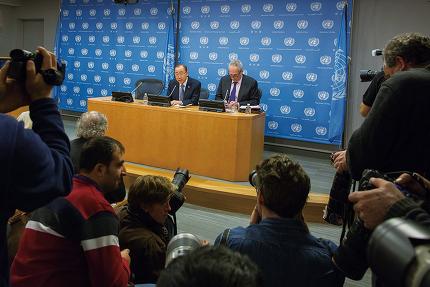 """반기문 유엔 사무총장은 12월16일 뉴욕 유엔본부에서 가진 유엔 출입기자단과의 기자회견에서 """"한국 국민들이 현재의 위기 극복에 도움을 줄 수 있는 새로운 형태의 포용적 리더십을 간절하게 원하고 있음을 알고 있다""""고 말했다. © Xinhua 연합"""