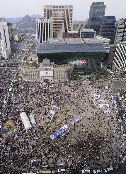 3월25일 오후 서울 시청 광장에서 열린 집회에서 참석자들이 '탄핵부당'과 박근혜 전 대통령 구속 반대를 주장하고 있다. ⓒ 연합뉴스