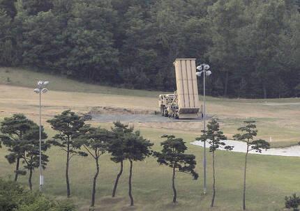 30일 오후 경북 성주골프장 부지에 배치된 사드 체계 발사대가 하늘을 향하고 있다. [프리랜서 공정식]