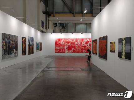 변홍철 씨가 기획한 아트부산 특별전 '한국의 리얼리즘'전 전경. 2017.6.3/ 뉴스1 © News1 김아미 기자