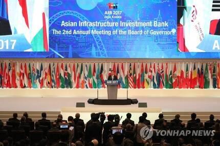 (서귀포=연합뉴스) 박지호 기자 = 16일 서귀포 제주국제컨벤션센터에서 열린 제2회 아시아인프라투자은행(AIIB) 연차총회 개회식에서 문재인 대통령이 축사하고 있다. 2017.6.16  jihopark@yna.co.kr  (끝)