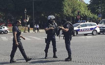프랑스 경찰이 19일(현지시간) 파리 샹젤리제 거리를 통제하고 있다.  [AP뉴시스]
