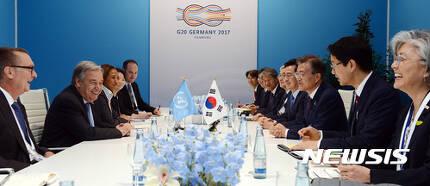 【함부르크(독일)=뉴시스】전진환 기자 = 문재인 대통령이 안토니우 구테흐스 UN사무총장과 8일 오후(현지시간) 독일 함부르크 G20회의장에서 양자회담을 했다.   구테흐스UN사무총장이 사무총장의 정책특별보좌관이었던 강경화(오른쪽) 외교부장관을 언급하고 있다. 2017.07.08.   amin2@newsis.com