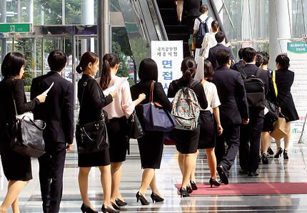 ⓒ연합뉴스 7월14일 국가공무원 9급 공개경쟁 채용 필기시험 합격자들이 면접을 보기 위해 줄을 서서 기다리고 있다.