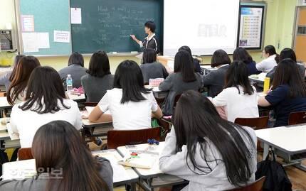수능 영어 절대평가로 영어 공부의 부담이 사라졌다고 말하기는 어렵다. 1점 차이로 등급이 달라지는 '절대점수제'로 바뀌었을 뿐이라는 지적이다. 서울의 한 일반고 학생들이 영어수업을 듣고 있는 모습. 한국일보 자료사진