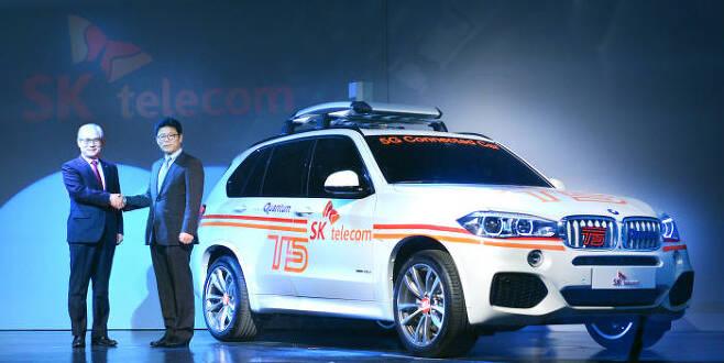 SK텔레콤과 BMW코리아는 15일 인천 영종도 BMW 드라이빙센터에서 5G이동통신서비스를 활용한 커넥티드카 `T5`와 `스마트드라이빙` 서비스를 공개했다. 김효준 BMW 코리아 대표(왼쪽)와 이형희 SK텔레콤 사업총괄.