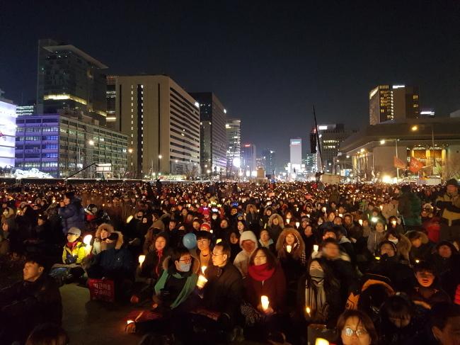 지난 10일 오후 열린 7차 주말 촛불집회 참가자들. 공연을 보며 축제 분위기를 보이고 있다. 김진원 기자/jin1@heraldcorp.com