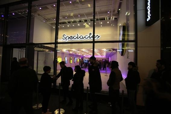 스펙타클스를 판매하는 팝업스토어 밖에 사람들이 길게 줄 서있다. 팝업스토어 안에는 스펙타클스 자판기가 있다. / 블룸버그 제공