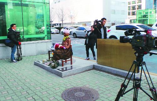 일본 아사히TV 취재진이 6일 부산 일본총영사관 앞에 설치된 위안부 소녀상을 촬영하고 있다. 일본 정부는 소녀상 설치와 관련해 주한 일본대사 일시 귀국 등의 조치를 취했다. 뉴시스