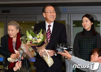 반기문 전 유엔사무총장이 12일 오후 인천국제공항을 통해 입국하고 있다.  2017.1.12/뉴스1 © News1 최현규 기자