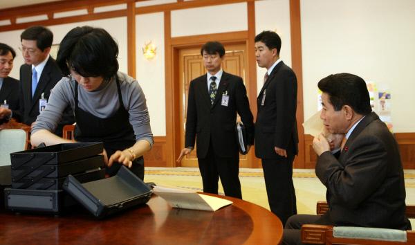 2007년 1월9일 집무실에서 회의하기 직전 ⓒ 장철영