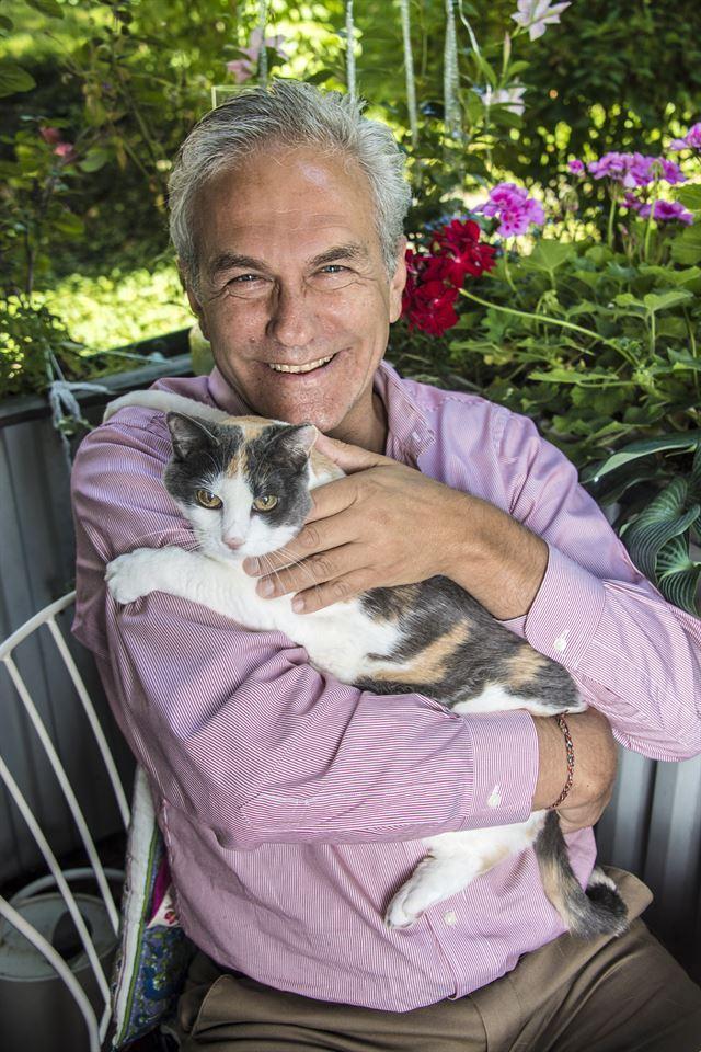 안토니 괴첼 변호사가 지인의 반려 고양이를 안아보고 있다. 안토니 괴첼 제공