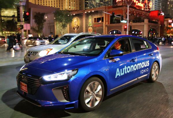 아이오닉 자율주행차가 라스베이거스 시내 야간 자율주행을 시연하고 있다. 현대차 제공