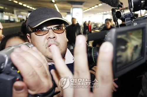 김정은 노동당 위원장의 이복형 김정남. 사진은 2007년 2월 11일 베이징 공항에 나타난 김정남의 모습. [AP = 연합뉴스 자료사진]