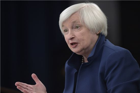 재닛 옐런 미 연방준비제도(Fed) 의장이 15일(현지시간) 금리 인상 결정 후 기자회견을 하고 있다.(사진=AP연합)