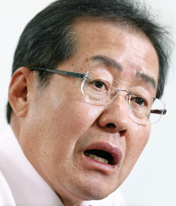 """홍준표 경남지사는 """"보수 주자는 박근혜 정부와의 차별화로 승부해야한다""""고 말했다."""