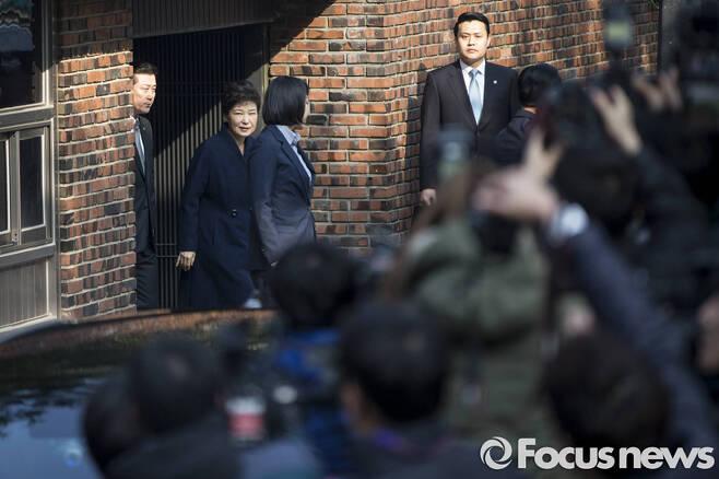 ▲ 박근혜 전 대통령이 검찰 소환조사를 받기 위해 21일 오전 서울 강남구 삼성동 자택을 나서고 있다. 사진=포커스뉴스