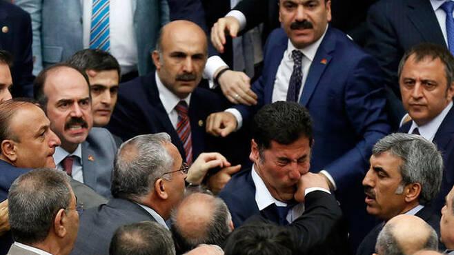 난투극 끝에 집권당의 밀어 부치기로 국민투표에 부쳐진 터키 개헌