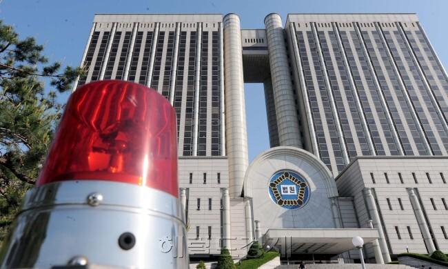 '빨간 불' 켜진 법원. 국제인권법연구회의 설문조사 결과 전국 판사 501명 중 88.3%는 '대법원장이나 법원장에 반대되는 의사를 표현하면 인사상 불이익 받을 수 있다'고 생각하는 것으로 나타났다. 사진은 서울 서초동 법원종합청사 전경 [사진=헤럴드경제DB]
