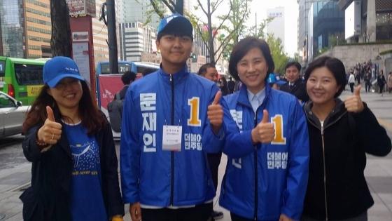 안희정 충남지사의 장남 안정균씨(왼쪽 2번째)와 유은혜 민주당 의원(왼쪽 3번째)./사진=유은혜 의원 페이스북