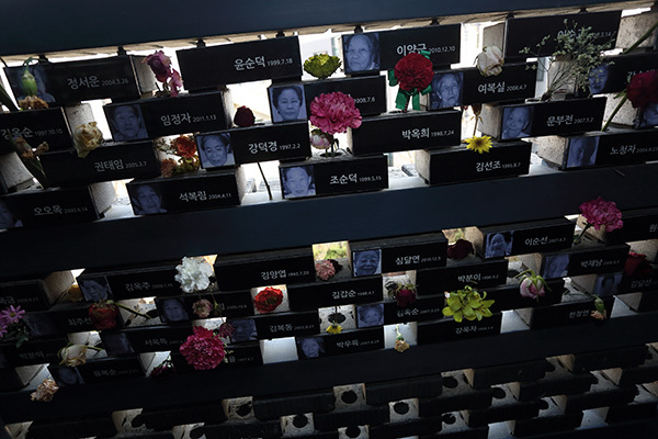 ⓒ윤성희 정신대문제대책협의회 부설기관인 <전쟁과 여성인권 박물관> 추모관. 일본군 '위안부' 영정 사이사이에 헌화한 꽃들이 놓여 있다.