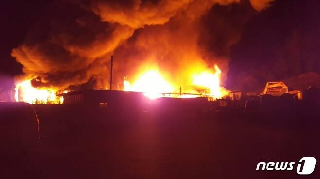 19일 오후 5시 40분께 충북 음성군 감곡면 상평리 한 목재가공공장에서 불이나 2시간여 만에 진화됐다. 사진은 지난달 발생한 충북 옥천군 옥천읍의 포장지 공장 화재 모습..© News1
