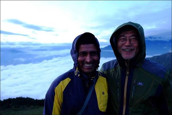 지난해 6월 네팔을 방문한 문재인 대통령이 안내를 맡은 박타 람 라미차네 씨와 찍은 사진.