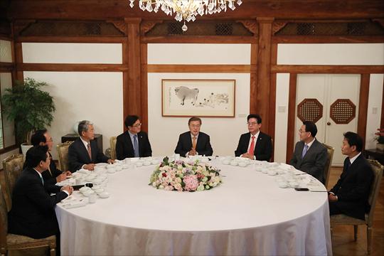 문재인 대통령이 19일 오후 청와대에서 국회 5당 원내대표와 첫 오찬 회동을 갖고 있다. ⓒ청와대