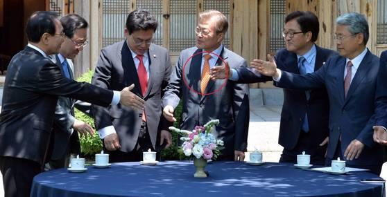 문재인 대통령이 19일 5당 원내대표 회동시 착용한 넥타이. 사진 청와대사진기자단