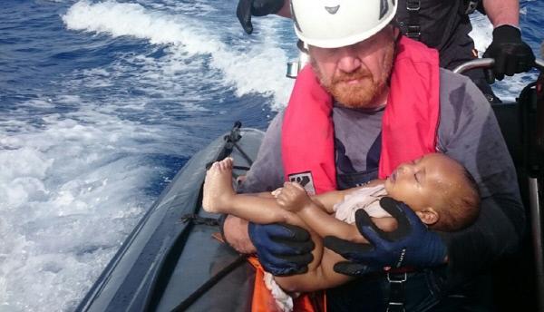 난민보트에서 구조된 아기가 고사리 같은 손을 말아쥔 채 창백한 얼굴로 두 눈을 감고 있다. 이 아기는 끝내 사망했다. 김연식씨는 독일 출신 동료가 보여준 이 사진을 보고 그 길로 민간 난민구조단체 '시와치(Sea-Watch)호' 항해사로 자원봉사를 신청했다. 시와치 제공