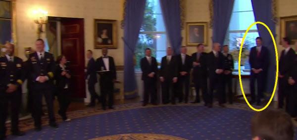 지난 1월 백악관 행사에서 트럼프 대통령과의 만남을 회피하기 위해 커튼 옆에 숨은 제임스 코미 전 FBI 국장(노란색 원 안)./워싱턴포스트 캡쳐