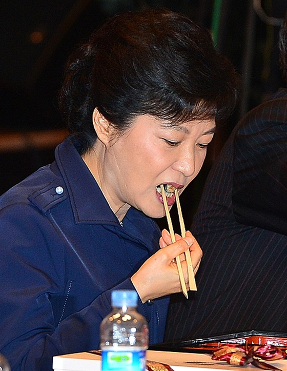 박근혜 전 대통령이 새누리당 대통령 후보 였던 2012년 10월 서울 영등포구 여의도동 중소기업중앙회에서 열린 '중소기업 타운홀미팅 및 정책간담회'에 참석, 점심 식사를 하고 있다./사진=뉴시스