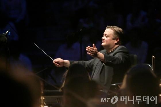 미코 프랑크는 지난해 라디오 프랑스 필하모닉 오케스트라 예술감독으로 부임했다. 30대에 이미 세계적인 지휘자로 발돋움한 그는 25일 세종문화회관에서 4년 만의 내한공연을 연다. /사진제공=(C)Christophe Abramowitz, 세종문화회관