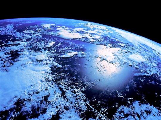태양에서 오는 우주선에도 자연 방사선이 나온다. 인천~뉴욕을 비행기로 이동하면 0.079mSv의 우주 방사선을 쬐게 된다.