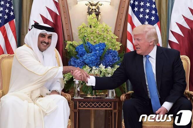 타밈 빈 하마드 알 타니 카타르 국왕(왼쪽)과 도널드 트럼프 미국 대통령. © AFP=뉴스1