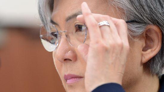 강경화 외교부 장관 후보자가 7일 오전 서울 여의도 국회에서 열린 인사청문회에서 의원들의 질의를 들으며 안경을 고쳐쓰고 있다. 사진=뉴시스