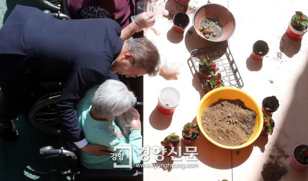 문재인 대통령이 지난 2일 '치매, 이제 국가가 책임지겠습니다' 행사를 위해 서울시 국민건강보험 서울요양원을 방문, 화분 만들기 행사에 참석해 어르신들과 인사 하고 있다./청와대사진기자단