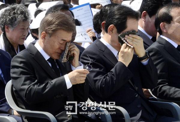 문재인 대통령이 지나달 18일 광주시 국립5.18민주묘지에서 열린 '제37주년 5.18 민주화운동 기념식'에서 1980년 5월 18일 태어난 유족의 사연을 들으며 눈물을 훔치고 있다./청와대사진기자단